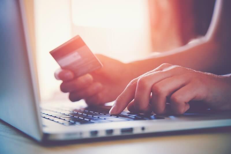 Foto de mãos femininas segurando um cartão de crédito   Como comprovar renda sendo autônomo   Blog da Tenda