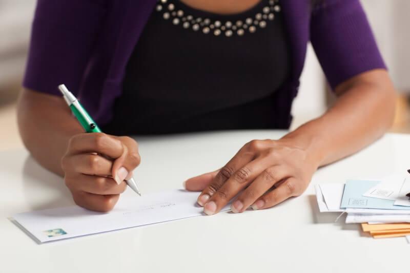 Foto de uma mulher escrevendo   Comprovante de renda autônomo   Blog da tenda