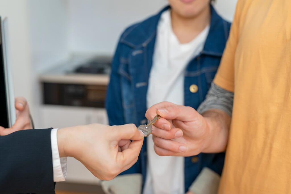 Foto de um casal recebendo a chave da casa própria | Financiamento para negativado | Guia da Tenda | Blog da Tenda