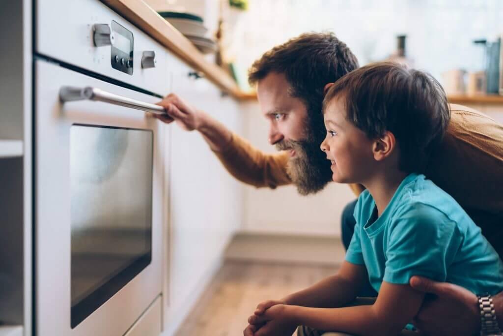Pai e filho vendo forno   Blog da Tenda