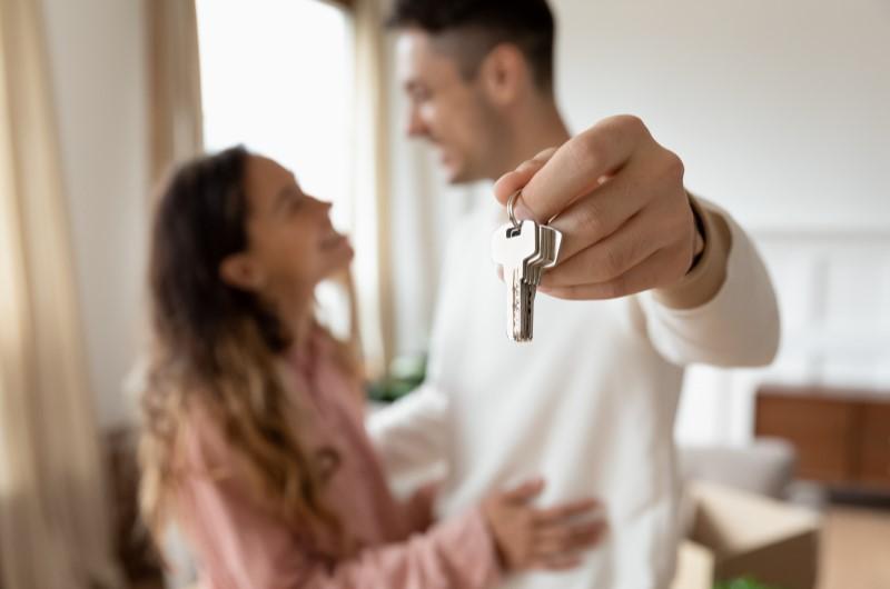 Casal segurando chaves do imóvel   Composição de renda   Guia da Tenda   Blog da Tenda