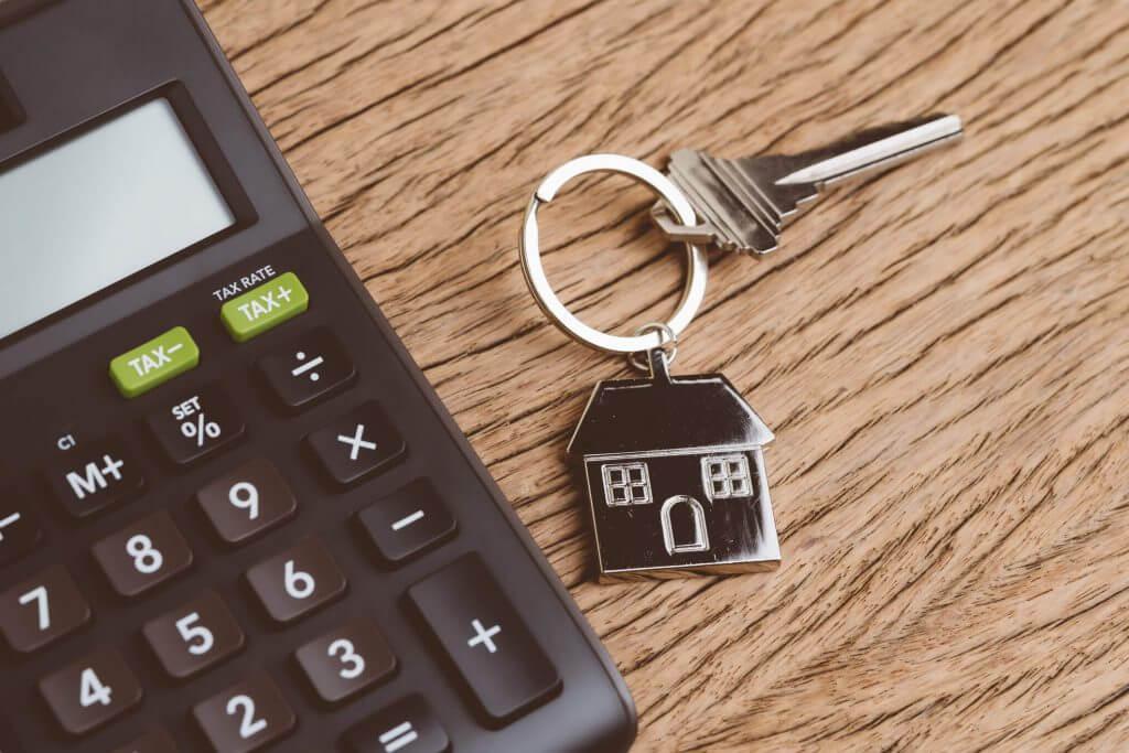 Foto de uma calculadora com um chaveiro   Subsídio habitacional   Minha Casa Minha Vida   Blog da Tenda