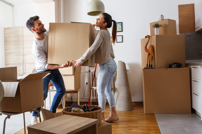 Foto de um casal fazendo mudança   Comprar imóvel novo ou usado   Blog da Tenda
