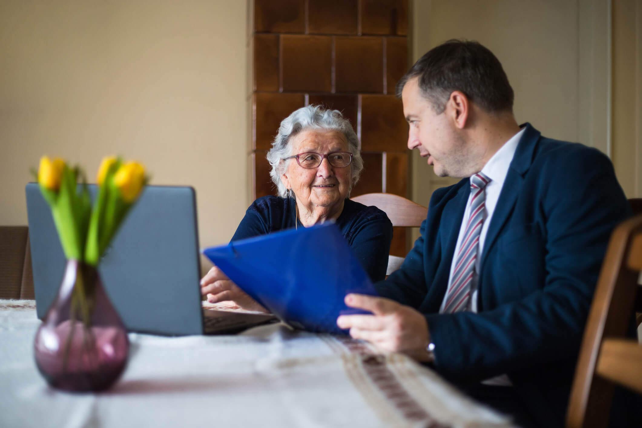Homem fala sobre documentos com mulher idosa | Idade máxima para financiar um imóvel | Guia da Tenda | Blog da Tenda