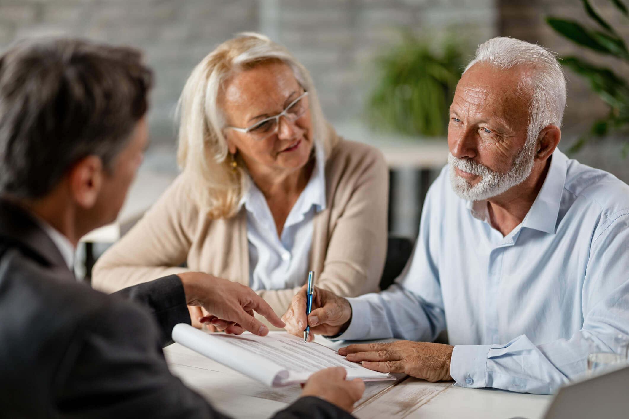 Casal idoso analisando papeis | Idade máxima para financiar um imóvel | Guia da Tenda | Blog da Tenda
