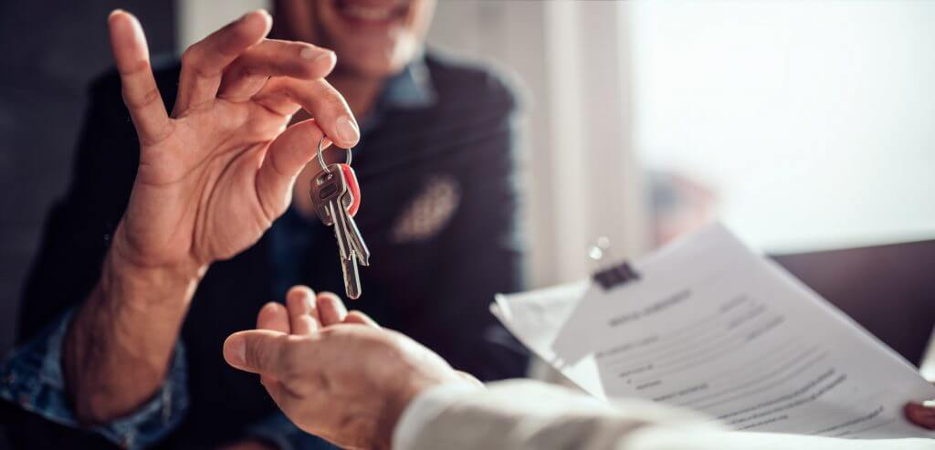 Foto de um homem entregando as chaves do apartamento para um cliente | Financiamento | Minha Casa Minha Vida| Blog da Tenda