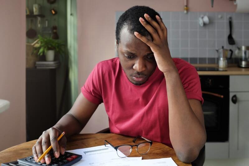 Foto de um homem preocupado com as contas | Financiamento imobiliário | Blog da Tenda
