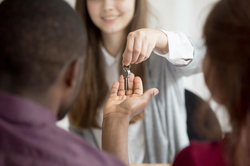 Foto de um casal recebendo as chaves da casa | Financiamento atrasado | Guia da Tenda | Blog da Tenda