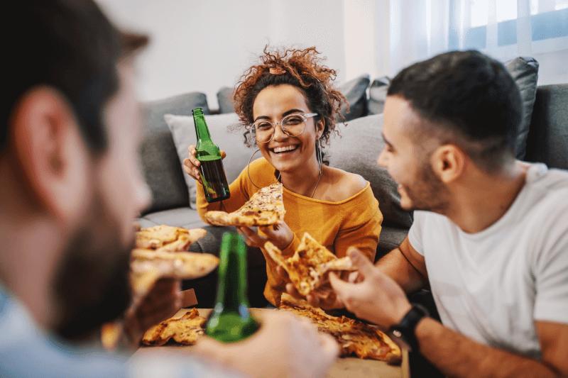 Foto de amigos comendo pizza   Guia da Tenda   Eu Indico a Tenda   Blog da Tenda