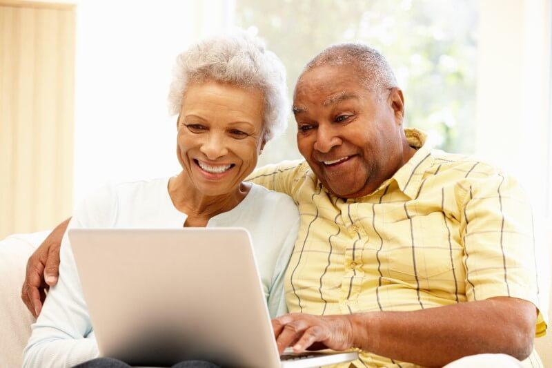 Foto de um casal de idosos usando um notebook   Financiamento para aposentados   Blog da Tenda