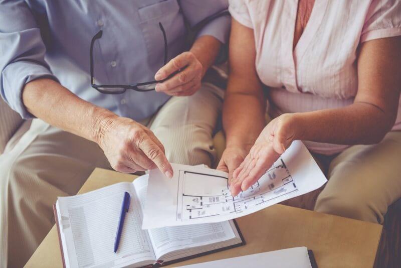 Foto de um casal de idosos analisando uma planta baixa de apartamento   Financiamento para aposentado   Blog da Tenda