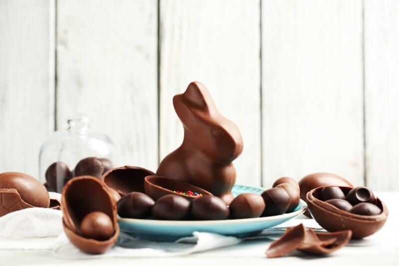 Ovos e coelho de chocolate em uma mesa | Blog da Tenda
