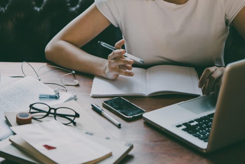 Mulher fazendo planejamento | Guia para comprar a casa própria | Guia da Tenda | Blog da Tenda