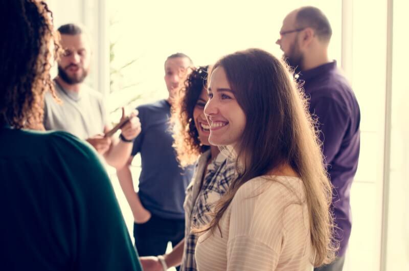 Imagem de pessoas se conhecendo | O que é a AGI | Guia da Tenda | Blog da Tenda