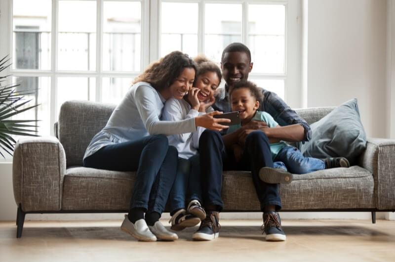 Família vendo imagens pelo celular | Tour Virtual: Por dentro de um apartamento Tenda | Decoração | Blog da Tenda