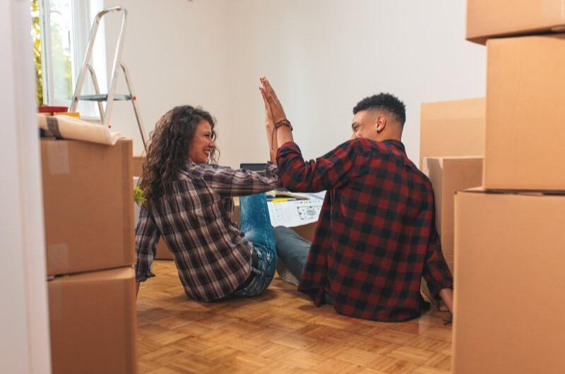 Casal comemorando mudança | Guia para comprar a casa própria | Guia da Tenda | Blog da Tenda