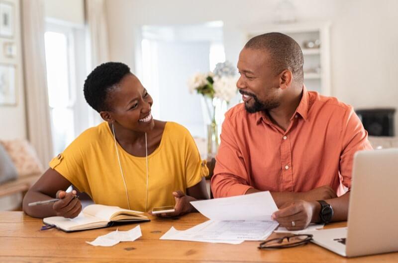 Imagem de um casal fazendo planos | Aplicativos de planejamento financeiro | Economize | Guia da Tenda