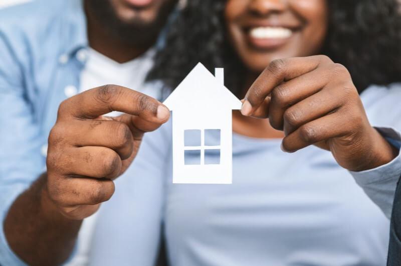 Casal segurando chaves da casa | Diferenças entre o Casa Verde e Amarela e o Minha Casa Minha Vida | Minha Casa Minha Vida | Blog da Tenda