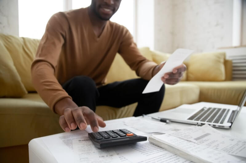 Homem fazendo contas | Guia para comprar a casa própria | Guia da Tenda | Blog da Tenda