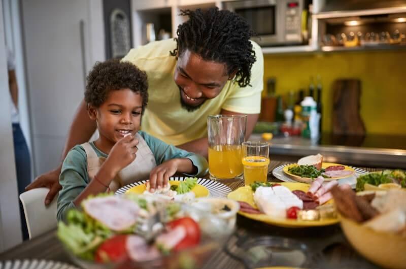 Pai e filho almoçando dentro de casa | Dia do Churrasco | Pra você | Guia da Tenda