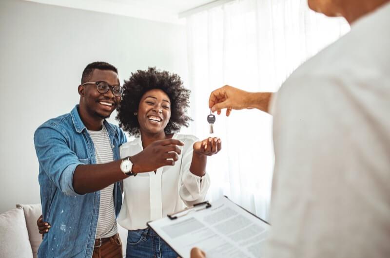 Casal recebendo as chaves da casa | Guia para conquistar a casa própria | Guia da Tenda | Blog da Tenda