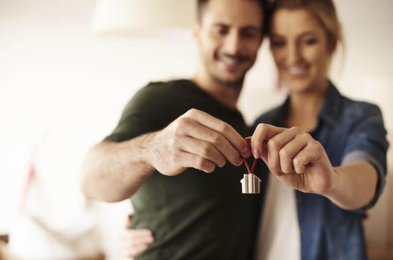 Jovem casal segurando chaves | Idade para comprar imóvel | Guia da Tenda | Blog da Tenda