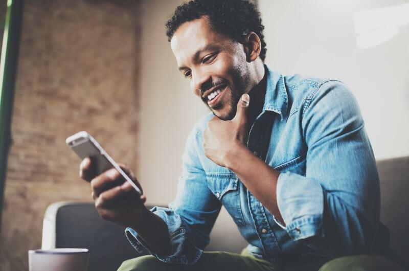 Imagem de homem mexendo no celular | Assinatura de contrato online | Guia da Tenda | Blog da Tenda