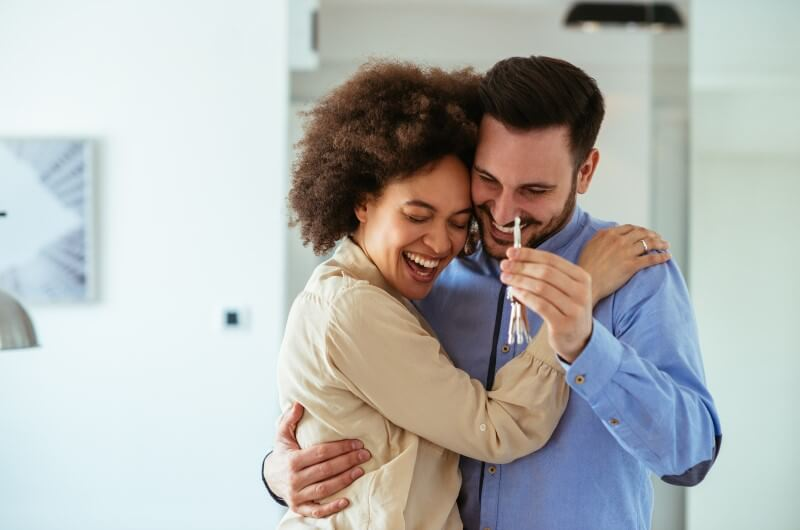 Casal sorri segurando chaves da nova casa | Diferenças entre o Casa Verde e Amarela e o Minha Casa Minha Vida | Minha Casa Minha Vida | Blog da Tenda