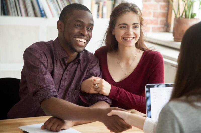 Casal assinando contrato | Guia para comprar a casa própria | Guia da Tenda | Blog da Tenda