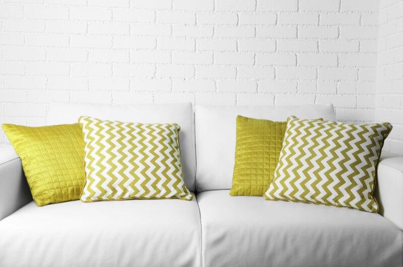 Almofadas coloridas em apartamentos pequenos   Decoração   Blog da Tenda