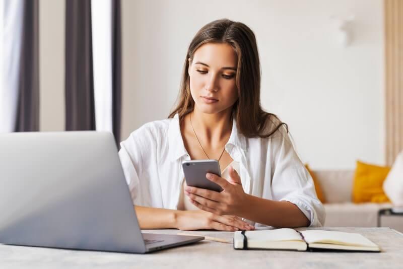 Mulher pesquisando como comprar apartamento sozinha | Blog da Tenda